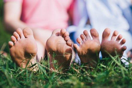 Photo pour Couple se détendre pieds nus, profiter de la nature dans la pelouse verte - image libre de droit