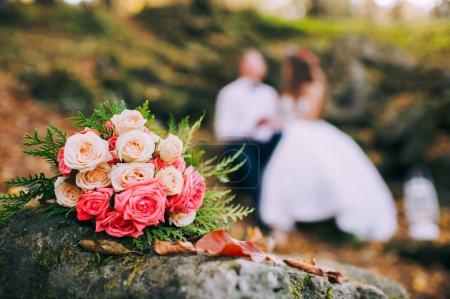 Brautpaar und Hochzeitsstrauß