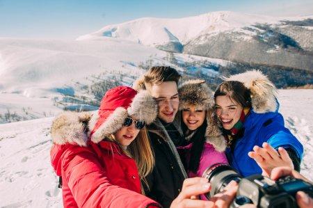 Photo pour Heureux, joyeux groupe de jeunes dans les montagnes - image libre de droit