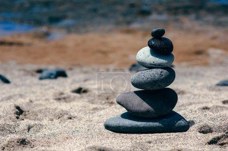 Photo pour Pierres équilibre sur la plage de sable, paysage estival inspirant. Spa ou bien-être, liberté et concept de stabilité sur les rochers . - image libre de droit