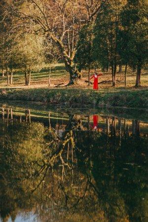 conte. fille rousse fantastique dans une forêt mystérieuse