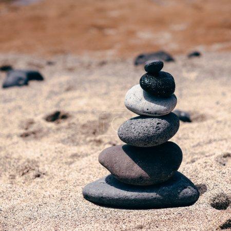 Photo pour Équilibre de pierres sur la plage vintage, paysage d'été source d'inspiration. Spa ou de bien-être, de liberté et de la notion de stabilité sur les rochers. - image libre de droit