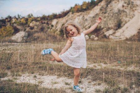 Photo pour Fille enfant émotionnel à l'extérieur - image libre de droit