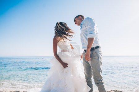 Photo pour Mariés au bord de la mer le jour de leur mariage - image libre de droit