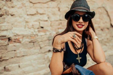 Photo pour Belle fille en tenue d'été reposant en plein air - image libre de droit