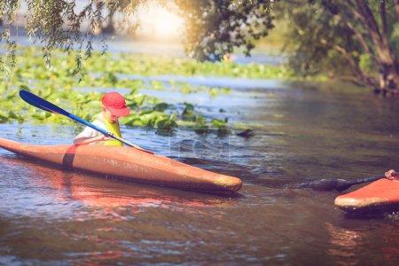 Photo pour Pagayer en kayak l'homme est sur une rivière, kayak - image libre de droit