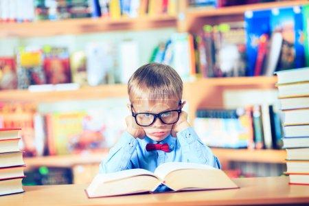 Photo pour Livre de lecture enfant, élève apprendre la leçon et de rêve, de l'éducation - image libre de droit