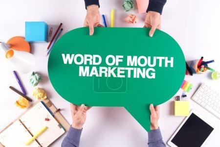 Photo pour Deux personnes se tenant la bulle avec le bouche à oreille marketing concept - image libre de droit