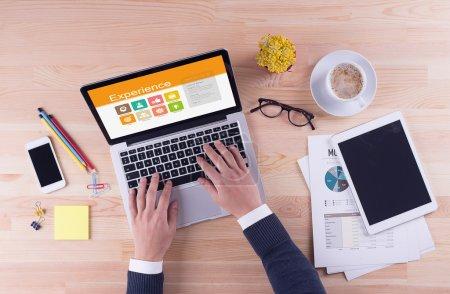 Photo pour Ordinateur portable avec expérience texte à l'écran et homme d'affaires mains sur le bureau, concept d'entreprise - image libre de droit
