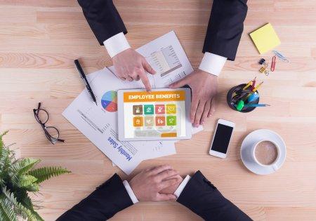 Photo pour Homme d'affaires pointant sur tablette numérique avec le texte des avantages sociaux des employés à l'écran - image libre de droit