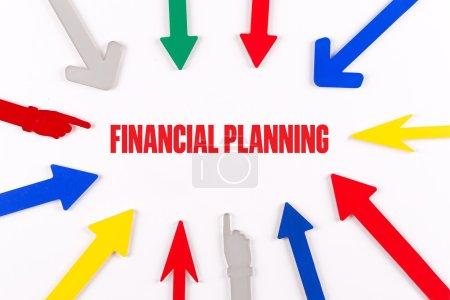 Photo pour Flèches colorées indiquant au centre avec un texte de planification financière - image libre de droit