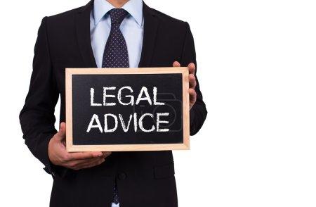 Photo pour Homme d'affaires détenant mini tableau noir avec des conseils juridiques de message - image libre de droit