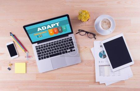 Photo pour Ordinateur portable avec adapter le texte à l'écran et autres objets sur le bureau, le concept d'affaires - image libre de droit