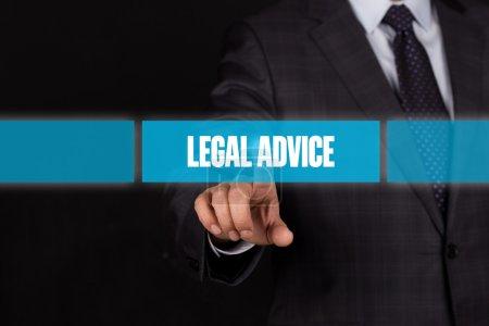 Photo pour Main d'homme d'affaires en poussant sur l'interface à écran tactile avec bouton de conseils juridiques - image libre de droit