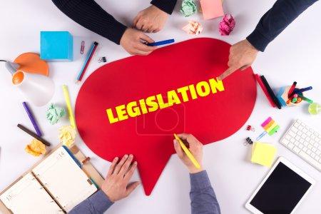 Photo pour Les gens d'affaires tenant bulle de discours avec la législation texte - image libre de droit