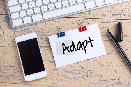 Photo pour Téléphone mobile et la note de papier sur le bureau avec texte adapter - image libre de droit