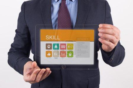 Foto de Empresario sosteniendo la tableta transparente PC con símbolos en la pantalla y la habilidad - Imagen libre de derechos