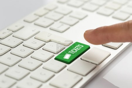 Photo pour Touche clavier vert avec tickets texte, concept clavier ordinateur - image libre de droit