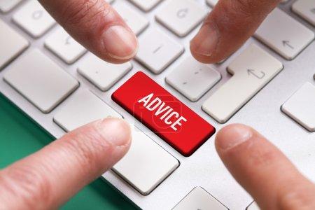 Photo pour Ordinateur clavier Concept, plusieurs doigts en poussant le bouton clavier rouge avec des conseils de texte - image libre de droit