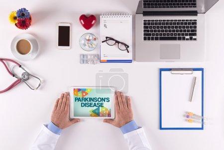 Photo pour Concept de santé, médecin à l'aide de tablette numérique et affichage de la maladie de Parkinson - image libre de droit