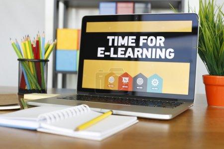 Photo pour Ordinateur portable sur bureau en bois avec objets et temps de texte pour l'apprentissage en ligne - image libre de droit