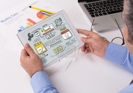 Photo pour Concept de développement Web sur écran Tablet PC - image libre de droit