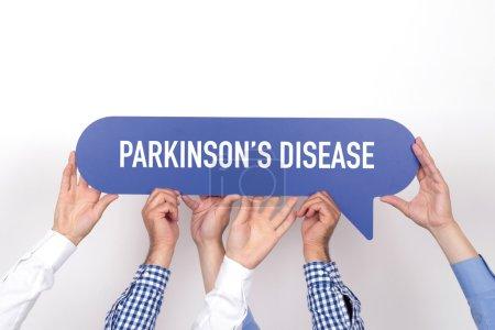 Photo pour Groupe de personnes se tenant la maladie de Parkinson écrit bulle - image libre de droit