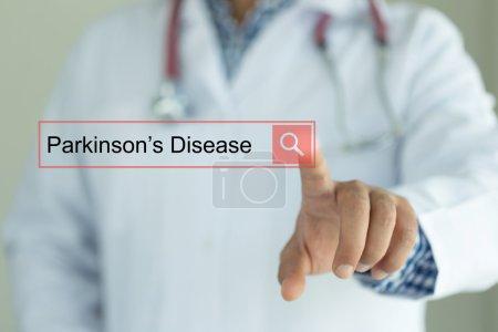Photo pour Médecin travaillant sur écran tactile interface moderne, la recherche de texte, la maladie de Parkinson - image libre de droit