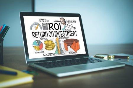 Photo pour Retour sur investissement et investissement texte à l'écran - image libre de droit