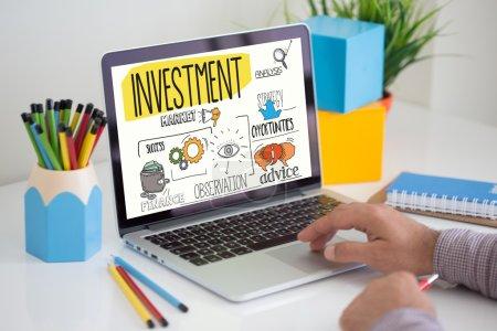 Photo pour Texte sur l'investissement à l'écran. Concept - image libre de droit