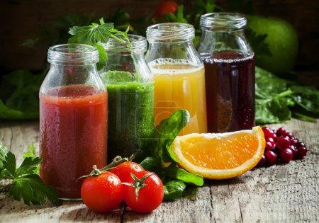 Flaschen mit frischen Säften aus Obst und Gemüse