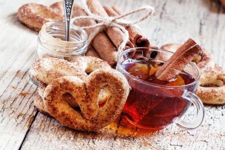 Cinnamon pretzel, ground cinnamon, black tea