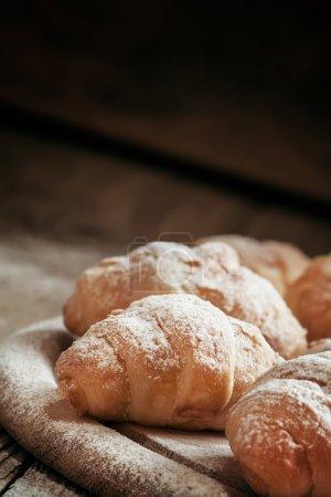 frische Croissants, mit Puderzucker bestreut
