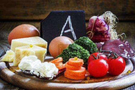 Photo pour Ensemble de produits organiques utiles à haute teneur de vitamine A, fond en bois vintage, mise au point sélective - image libre de droit
