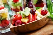 Dietní smíšených ovocný salát s ovocem a bobulemi