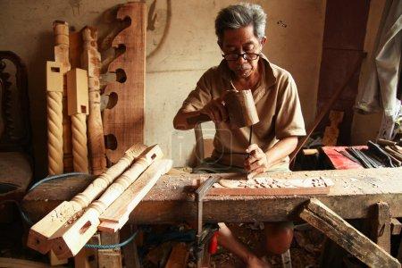Photo pour Bogor, Java Ouest, Indonésie - 9 février 2011 : Un sculpteur termine un gamelan Gong Home Factory, Bogor, Java Ouest, Indonésie . - image libre de droit