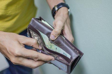 Photo pour Un homme n'a pas assez d'argent dans son portefeuille - image libre de droit