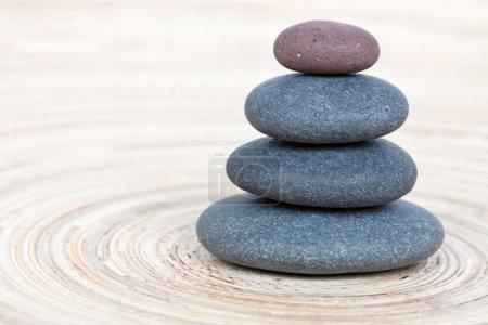 Photo pour Pile de cailloux zen sur panneau en bois - image libre de droit