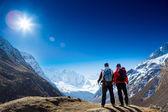 Turisté v krajině hor