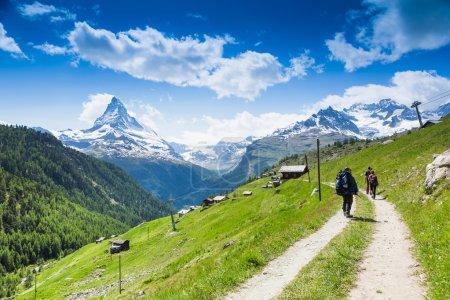 Photo pour Équipe de randonneurs dans les montagnes. Matterhorn. Alpes suisses - image libre de droit