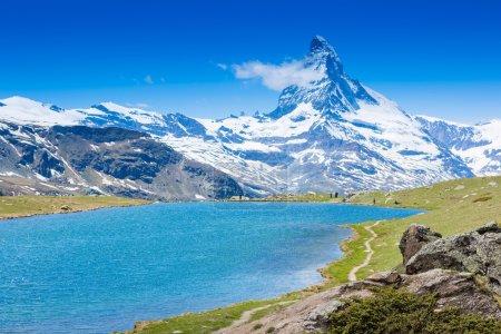 Photo pour Bel été montagne alpine vue sur le lac - image libre de droit