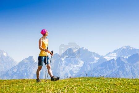 Photo pour Jeune femme randonnée dans les montagnes - image libre de droit