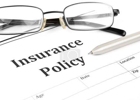 Photo pour Forme de police d'assurance sur dans bureau montrant la notion de risque. - image libre de droit