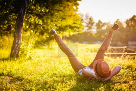 Photo pour Tendance Hipster Girl se détendre sur l'herbe - image libre de droit