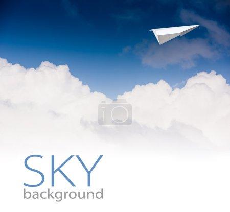 Photo pour Avion de papier contre le ciel bleu - image libre de droit