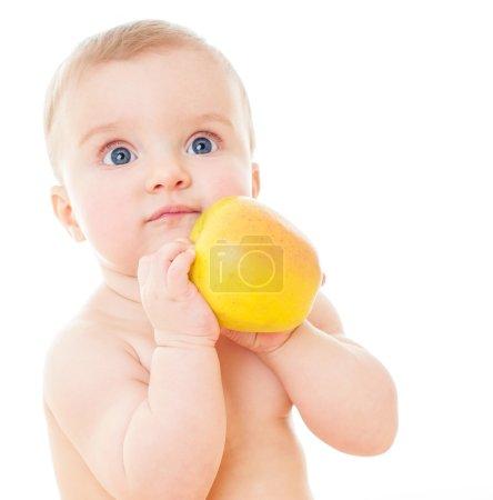 Photo pour Beau bébé avec pomme jaune, bébé mangeant des aliments sains isolés sur fond blanc - image libre de droit