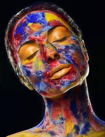 Photo pour Visage de belle femme avec maquillage professionnel, des couleurs vives, bouchent portrait - image libre de droit