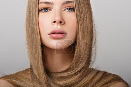 jeune femme avec les cheveux longs