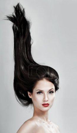 Photo pour Belle femme aux cheveux magnifiques, aux cheveux volants et au rouge à lèvres - image libre de droit