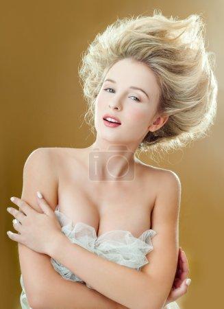 Photo pour Portrait en gros plan de belle femme aux cheveux magnifiques - image libre de droit
